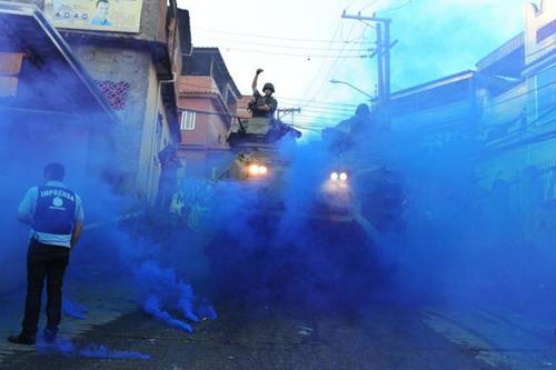 Forze speciale entrano in una favela di Rio