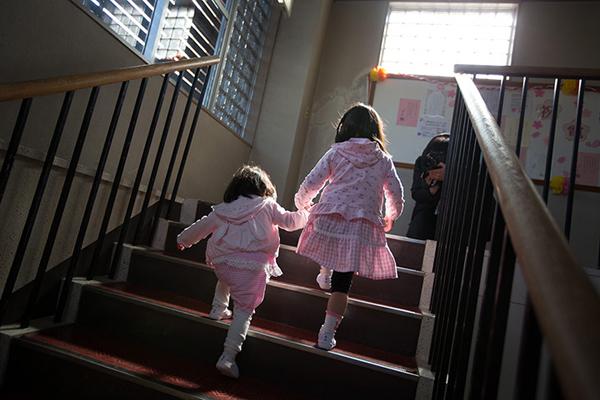 Bambine tornano all'asilo nella zona di evacuazione di Fukushima
