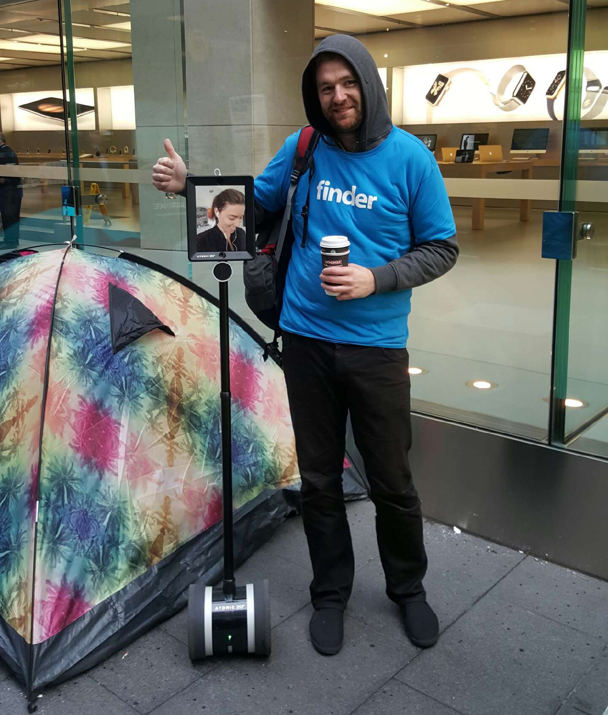 In fila all'Apple Store con un robot per la telepresenza