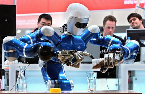 Un robot prepara il tea al CeBit