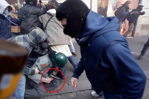 Finanziere impugna l'arma di ordinanza durante gli scontri a Roma