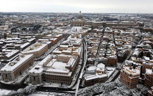 La Basilica di San Pietro sotto la neve