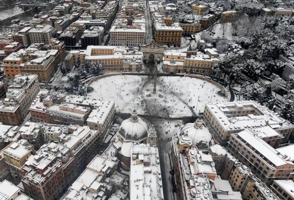 Piazza del Popolo a Roma sotto al neve