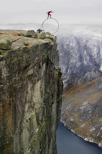 Eskil Ronningsbakken in equilibrio a mille metri di altezza