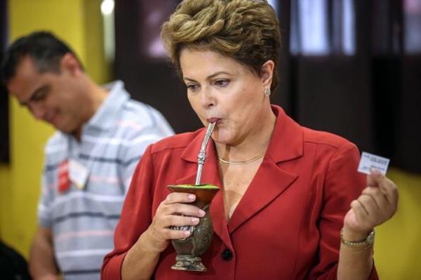 Dilma Roussef beve un mate