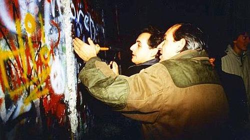 Nicolas Sarkozy mentre martella il muro di Berlino