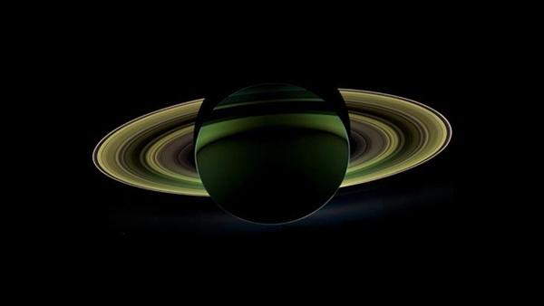 Il lato oscuro di Saturno ripreso dalla sonda Cassini