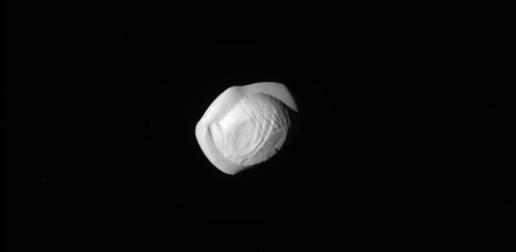 Pan la luna di Saturno fotografata da Cassini