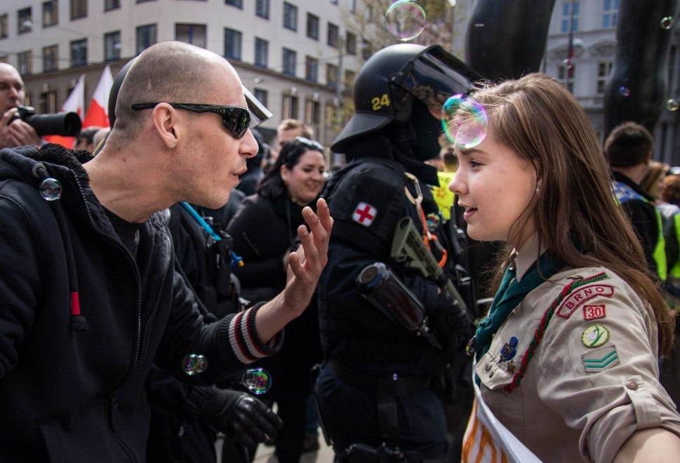 Una giovane scout fronteggia un neonazista