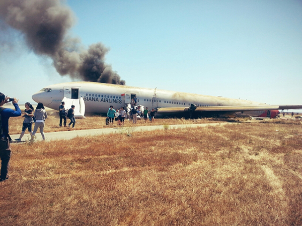 Il Boeing schiantatosi al SFO nella foto scattata da Eun