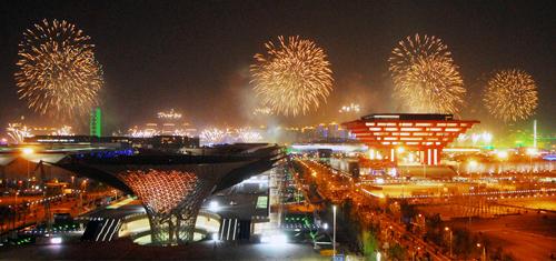 Le prove dei fuochi artificiali per l'inaugurazione dell'Expo a Shanghai