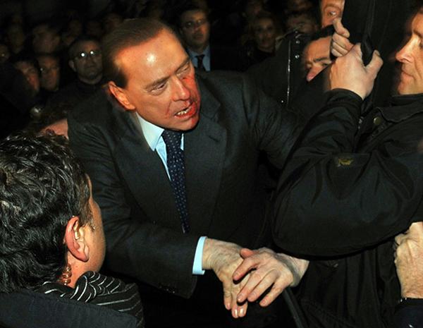 Berlusconi colpito al volto da una statuetta del Duomo