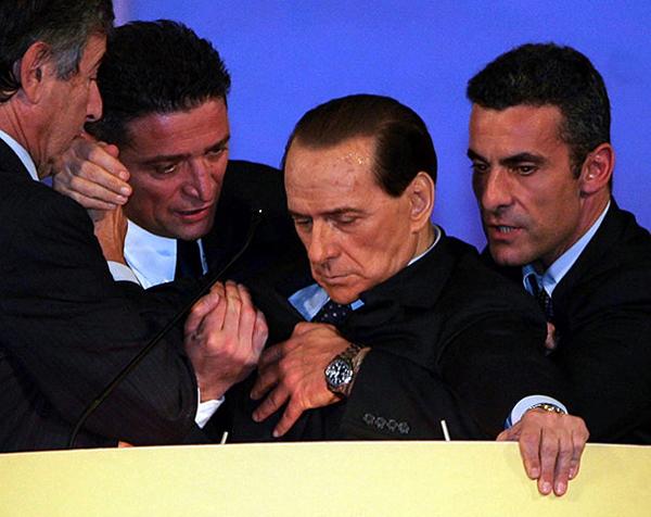 Berlusconi si sente male durante un comizio