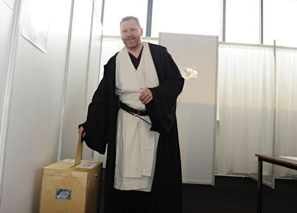 Il sindaco Jón Gnarr vestito da jedi
