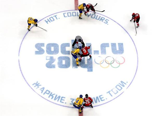 Svezia e Svizzera in na partita di hockey su ghiaccio a Sochi 2014