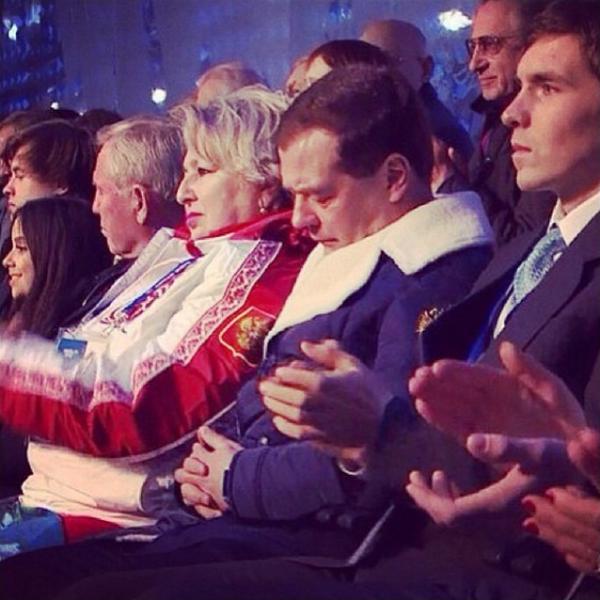 Medvedev si addormente durante la cerimonia di Sochi 2014