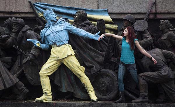 Il monumento sovietico a Sofia ripitturato con i colori della bandiera Ucraina