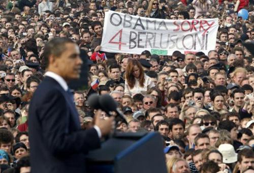 Lo striscione 'Sorry Obama 4 Berlusconi' durante il comizio del presidente ameicano a Praga