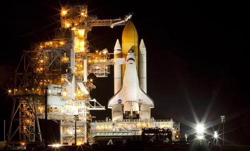 Lo space shuttle Discovery pronto sulla rampa di lancio