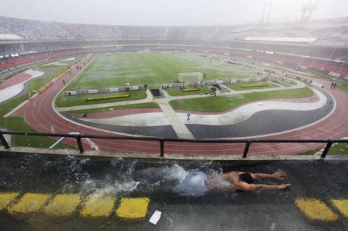 Lo stadio di San Paolo trasformato in una piscina da un violento temporale