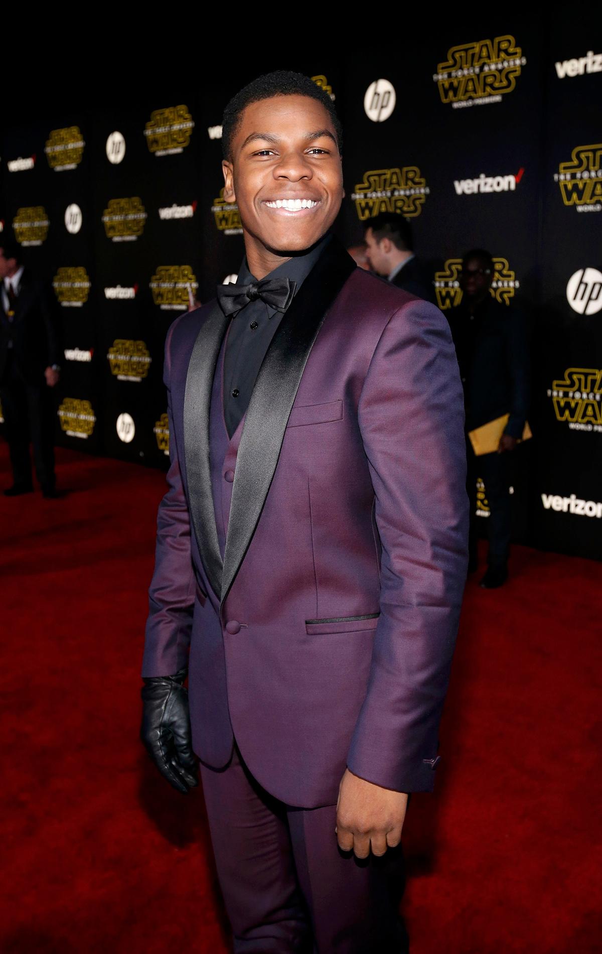 John Boyega Finn di Star Wars con un guanto nero