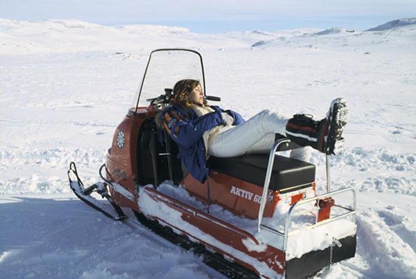 Carrie Fisher si riposa su una motoslitta