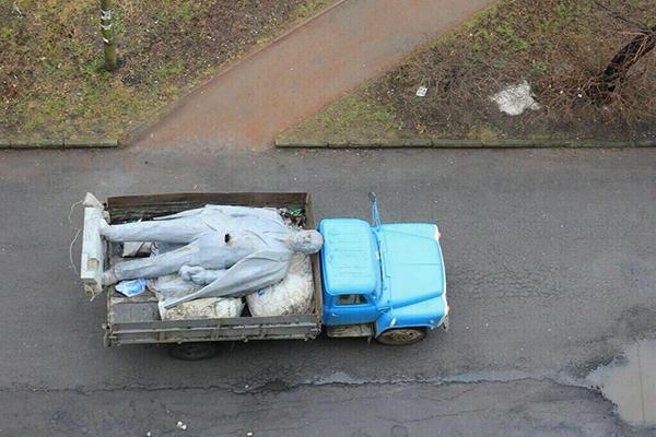 La statua di Lenin abbattuta a Kiev