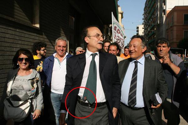 Il sindaco Stefàno con la pistola