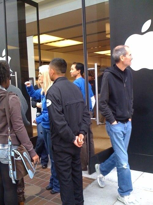 Steve Jobs al lancio di iPad nell'Apple Store di Palo Alto