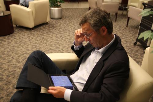 Il premier norvegese Stoltenberg lavora dal suo iPad