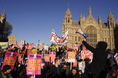 Studenti in rivolta contro i tagli voluti da Cameron