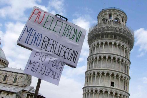 Cartelloni di protesta sotto la Torre di Pisa