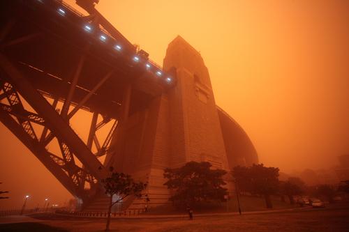 L'Harbour Bridge a Sydney durante la tempesta di sabbia