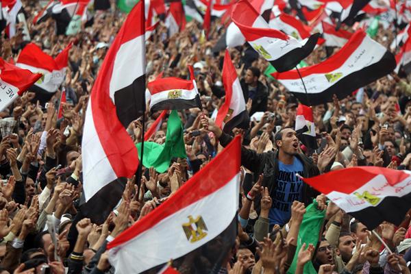 Bandiere egiziane sventolate in piazza Tahrir