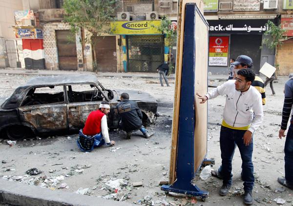 Manifestanti egiziani cercano riparo