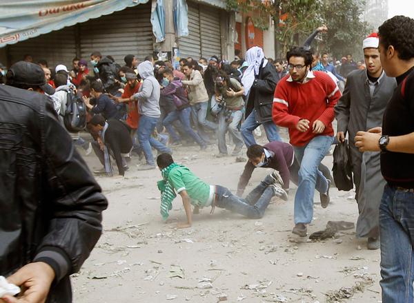 Manifestanti egiziani fuggono dalle cariche delle forze armate