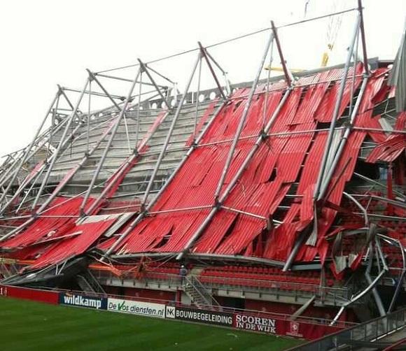 La copertura crollata nello stadio del Twente