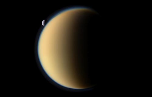 La luna di Saturno sorge dietro Titano