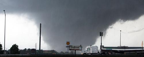 Un tornado si avvicina a Tuscaloosa