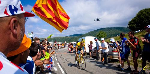 Thomas Voeckler supera i Pirenei in maglia gialla