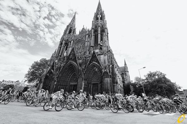 Il gruppo passa a Rouen durante il Tour 2012