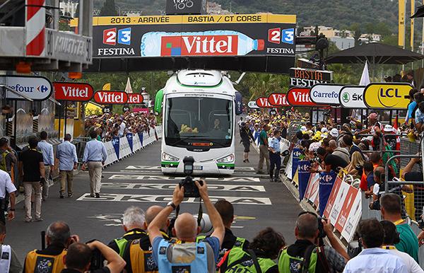 Il bus della Orica si incastra sotto al traguardo