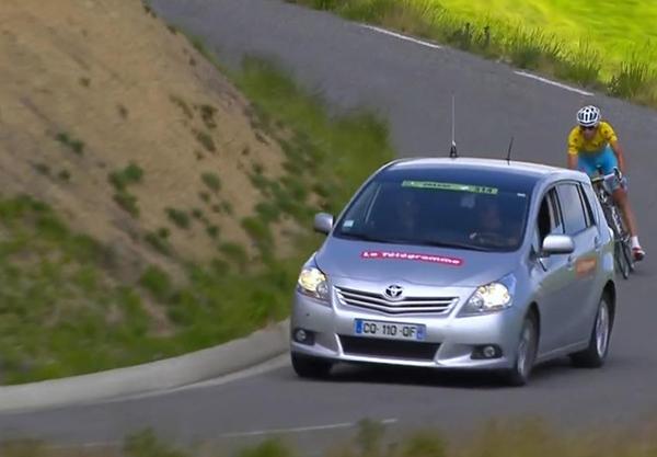 Una macchina di giornalisti precede Nibali al Tour 2014