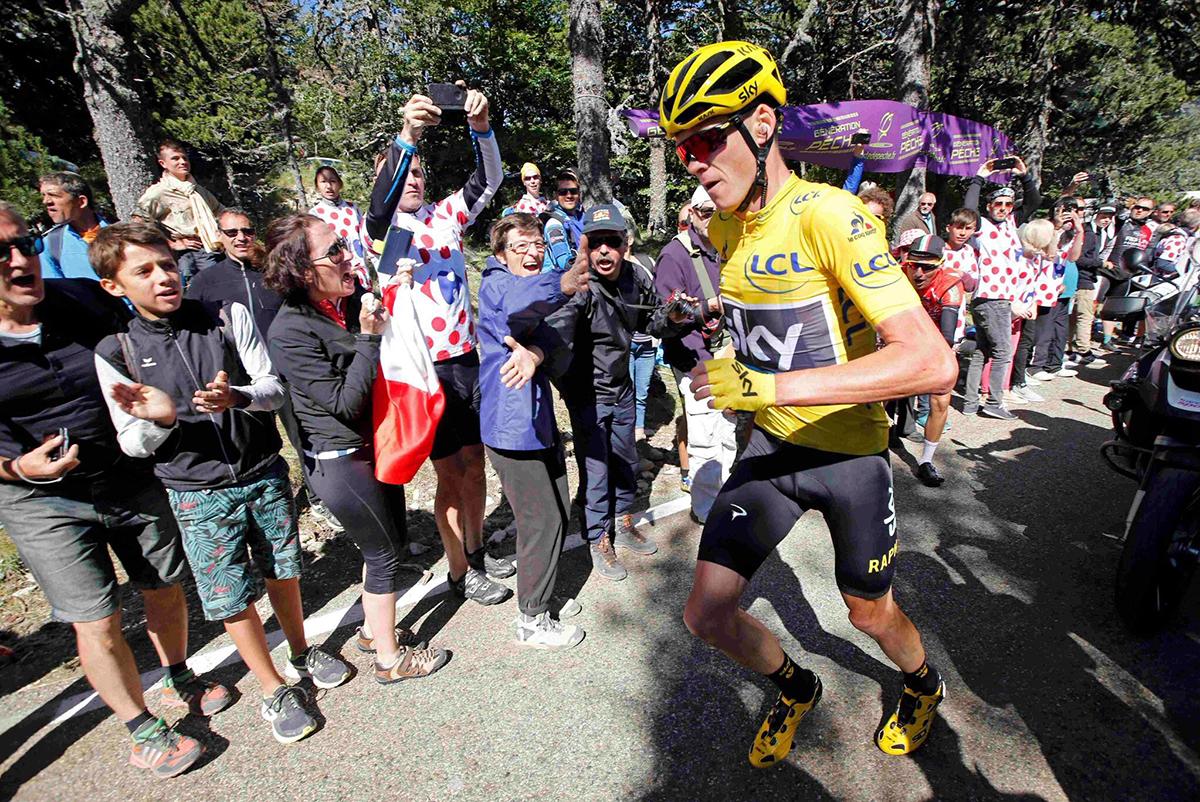 Chris Froome corre al Tour 2016 dopo una caduta