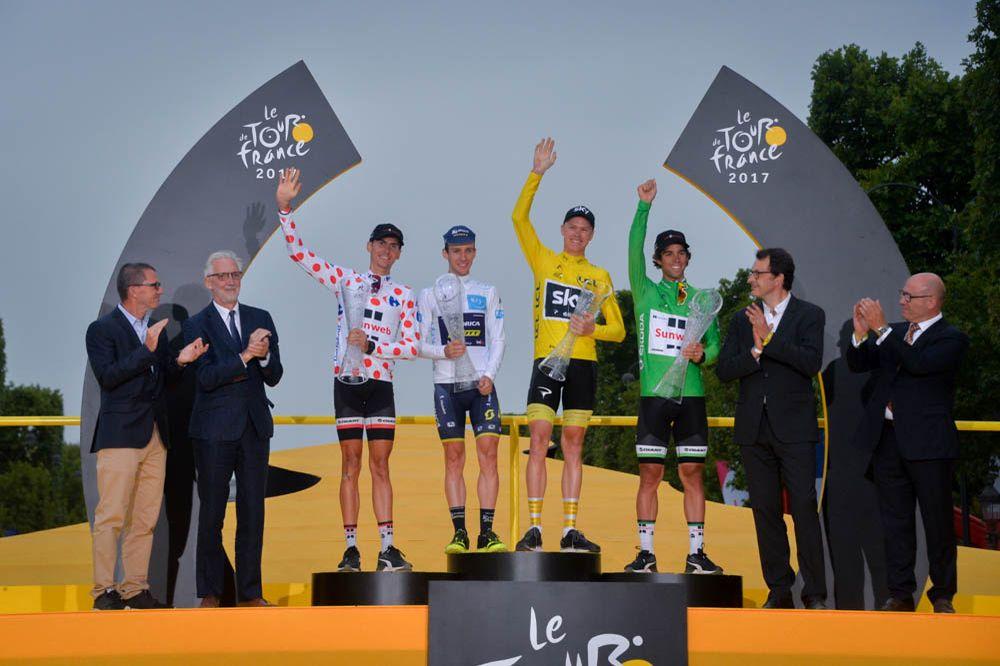 Froome sul podio del Tour 2017 assieme alle altre maglie