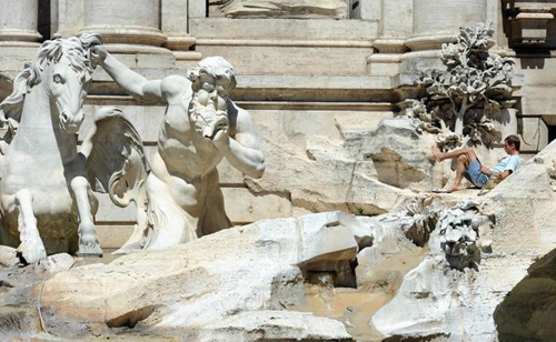 Il turista sulla Fontana di Trevi