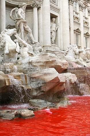 La Fontana di Trevi con l'acqua tinta di rosso