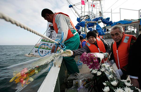 Pescatori onorano le vittime dello tsunami a Ofunato