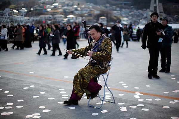 Un musicista onora le vittime dello tsunami a Ofunato