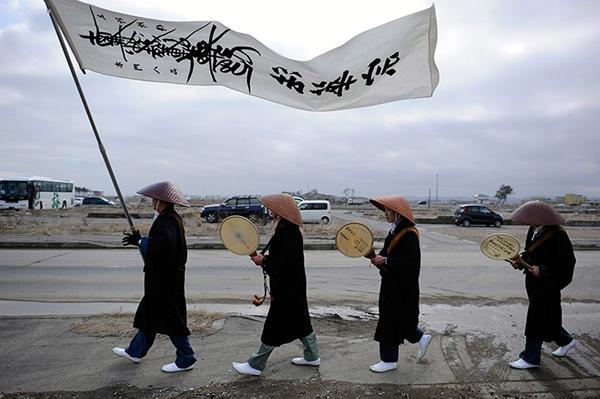 Monaci buddisti onorano le vittime dello tsunami a Natori